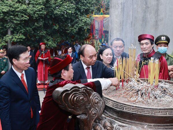 Chủ tịch nước Nguyễn Xuân Phúc và các đồng chí lãnh đạo Đảng, Nhà nước dâng hương tại điện Kính Thiên (đền Thượng) - Sputnik Việt Nam