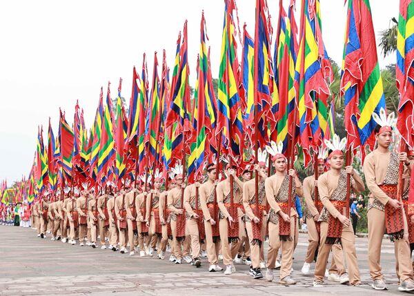100 thanh niên tượng trưng cho con Lạc, cháu Hồng trong trang phục cổ, tay giương cao cờ hội, thể hiện sức sống mãnh liệt của dòng giống Tiên Rồng - Sputnik Việt Nam