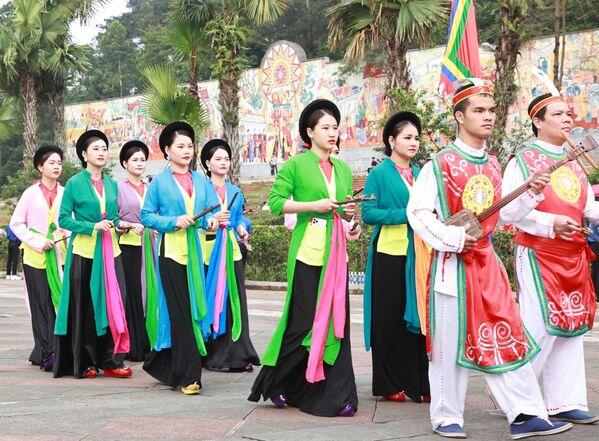 Đoàn rước kiệu dâng lễ vật hương, hoa, bánh chưng, bánh giầy gắn liền với những truyền thuyết về vua Hùng - Sputnik Việt Nam