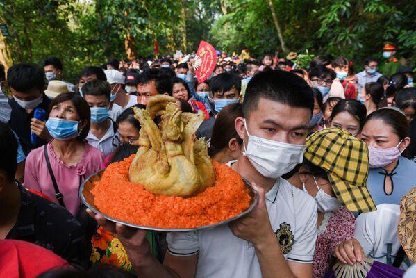 Người dân tại Đền Hùng trong Ngày giỗ Tổ Hùng Vương ở Việt Nam - Sputnik Việt Nam