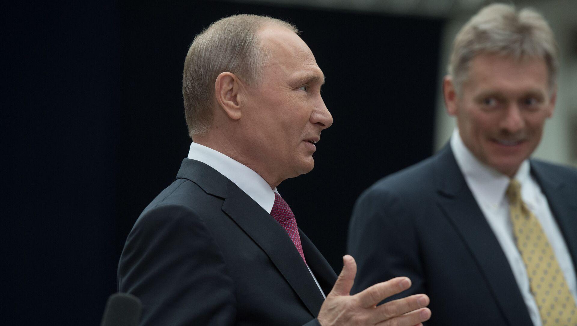 Tổng thống Liên bang Nga Vladimir Putin và phát ngôn viên Điện Kremlin Dmitry Peskov  - Sputnik Việt Nam, 1920, 21.04.2021