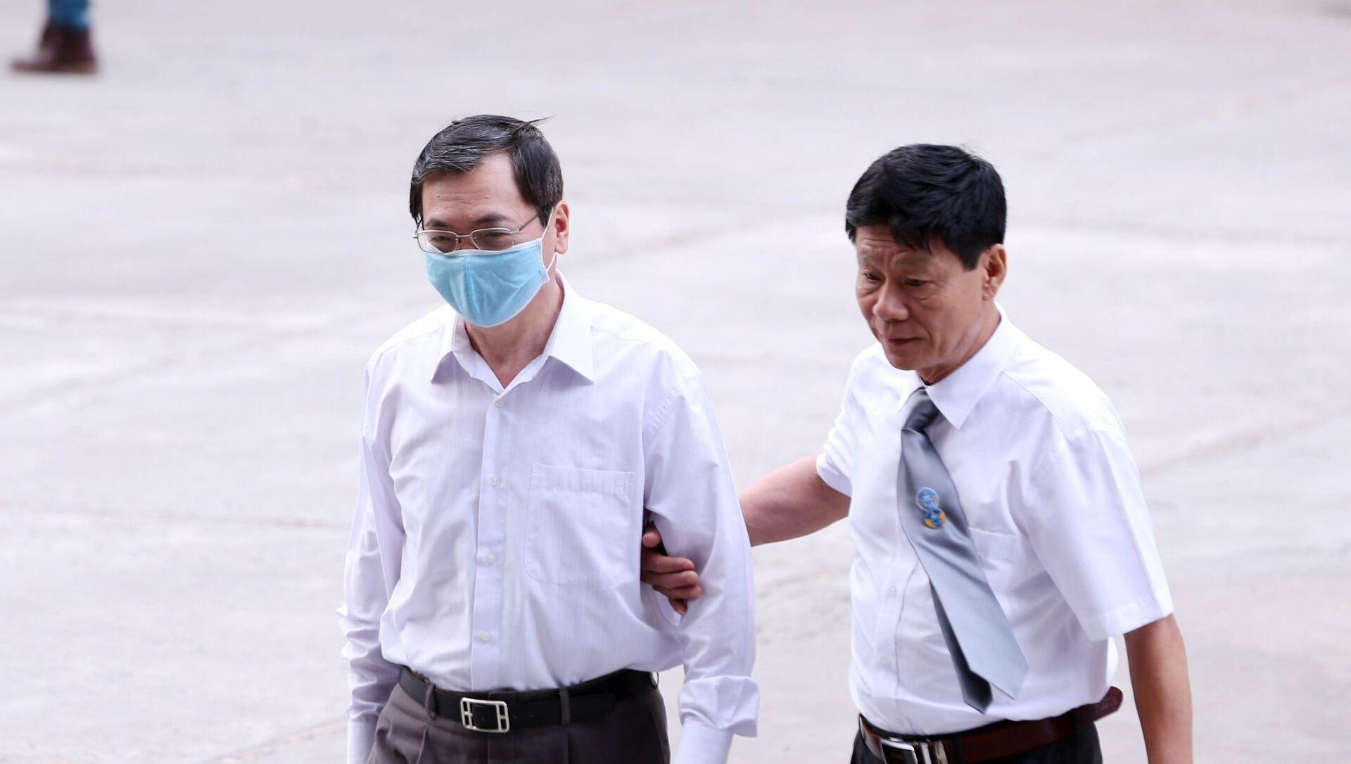 Bị cáo Vũ Huy Hoàng (bên trái, cựu Bộ trưởng Bộ Công Thương) đến tòa. - Sputnik Việt Nam, 1920, 23.04.2021