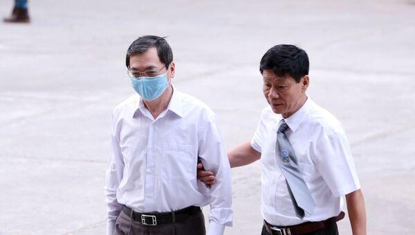 Bị cáo Vũ Huy Hoàng (bên trái, cựu Bộ trưởng Bộ Công Thương) đến tòa. - Sputnik Việt Nam