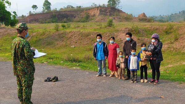 Lực lượng biên phòng A Pa Chải lấy thông tin của 7 trường hợp nhập cảnh trái phép. - Sputnik Việt Nam