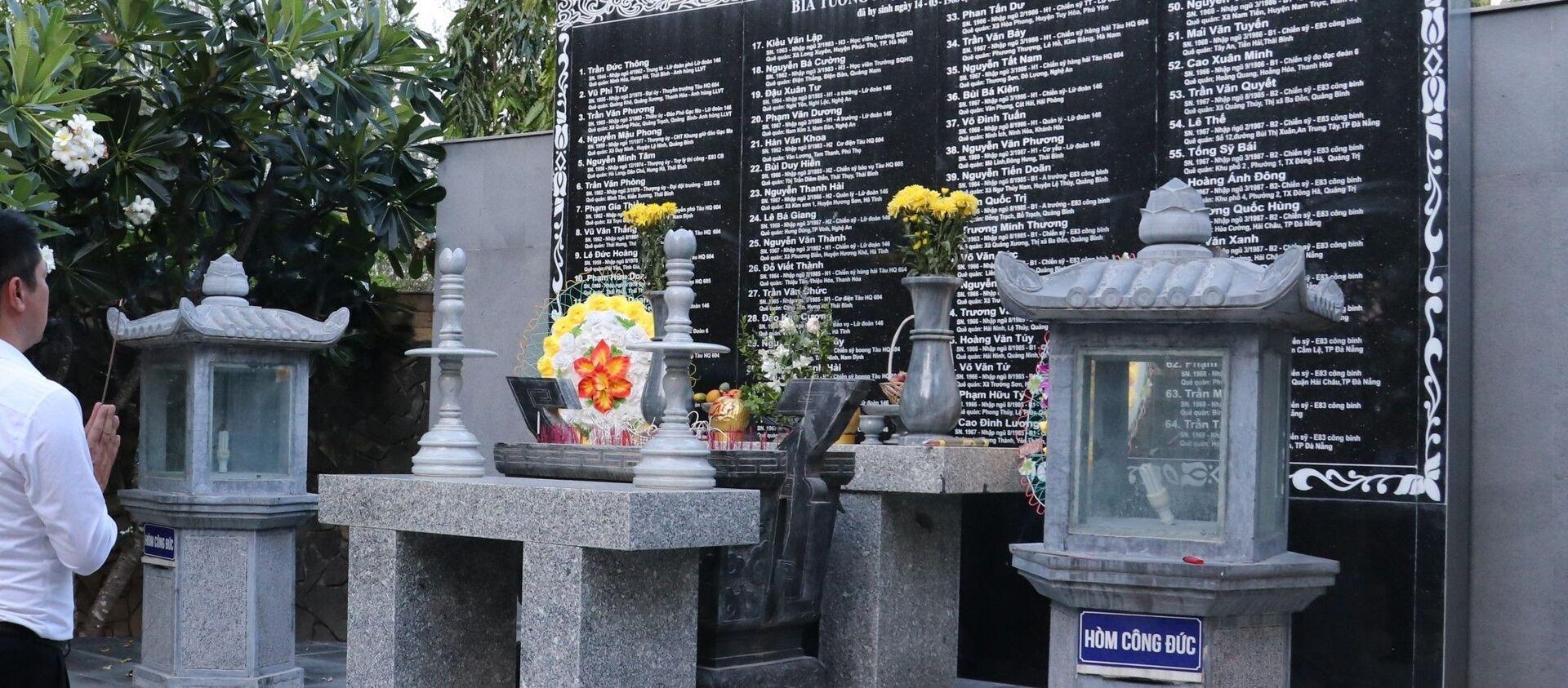 Người dân đến dâng hương và tham quan tại khu tưởng niệm chiến sỹ Gạc Ma tại xã Cam Hải Đông, huyện Cam Lâm, tỉnh Khánh Hoà. - Sputnik Việt Nam, 1920, 26.04.2021