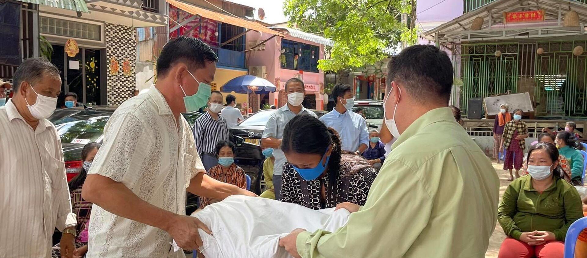 Trao tặng gạo cho người Campuchia gốc Việt sáng 24-4 - Sputnik Việt Nam, 1920, 26.04.2021