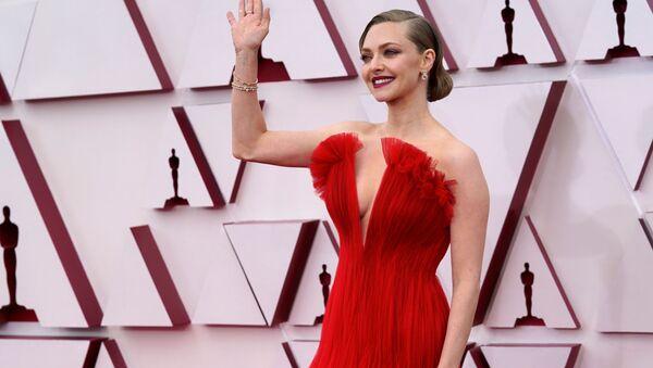 Nữ diễn viên Amanda Seyfried trên thảm đỏ trong Lễ trao giải Oscar lần thứ 93 ở Los Angeles - Sputnik Việt Nam