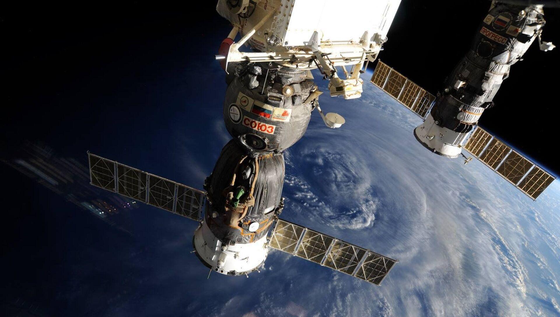 Các tàu vũ trụ Soyuz và Progress của Nga trên nền Trái đất. - Sputnik Việt Nam, 1920, 26.04.2021