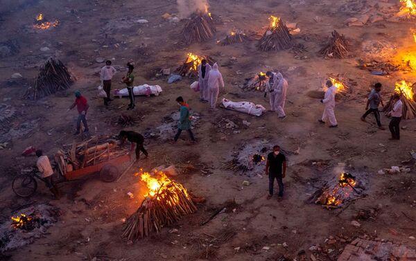 Mọi người đang thiêu xác những nạn nhân của coronavirus tại một lò hỏa táng ở New Delhi, Ấn Độ. - Sputnik Việt Nam