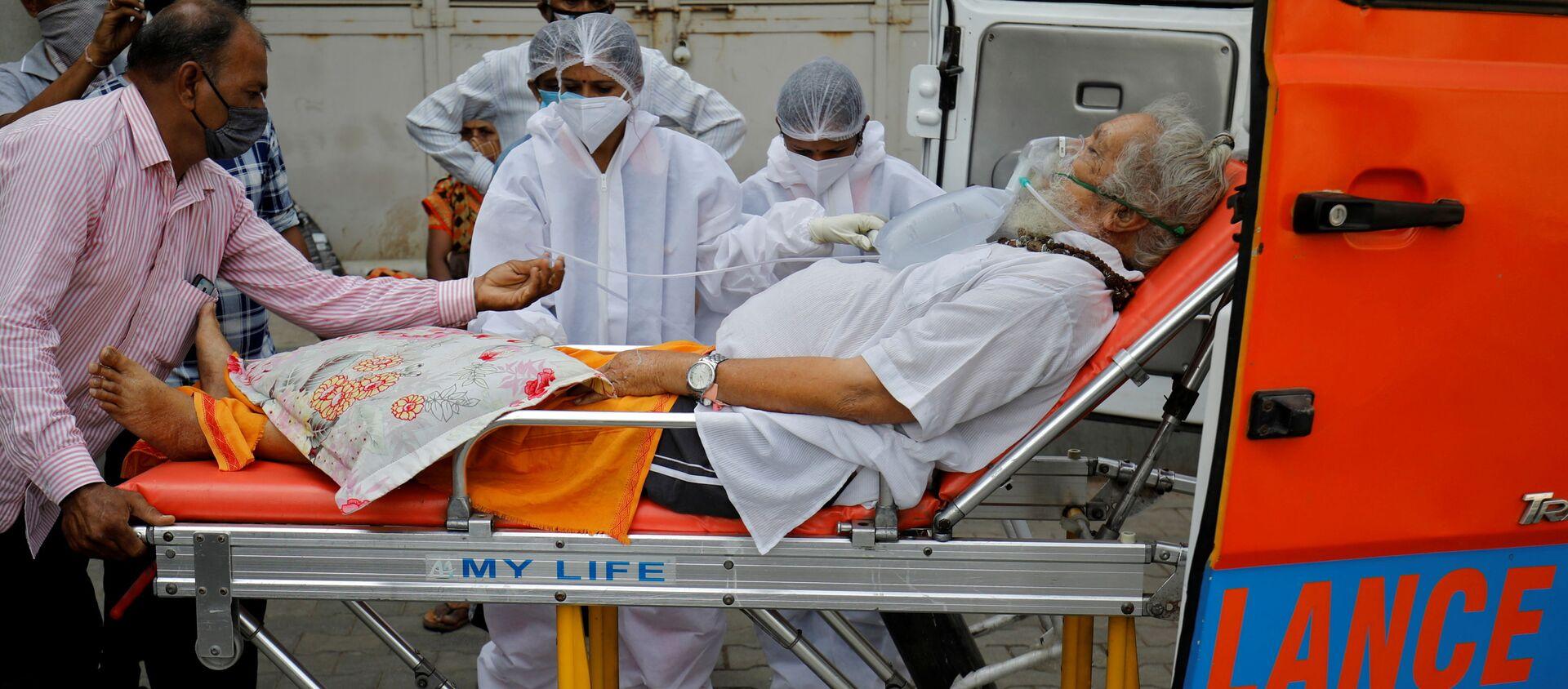 Bệnh nhân đeo mặt nạ dưỡng khí gần bệnh viện chữa trị COVID ở Ấn Độ. - Sputnik Việt Nam, 1920, 29.04.2021
