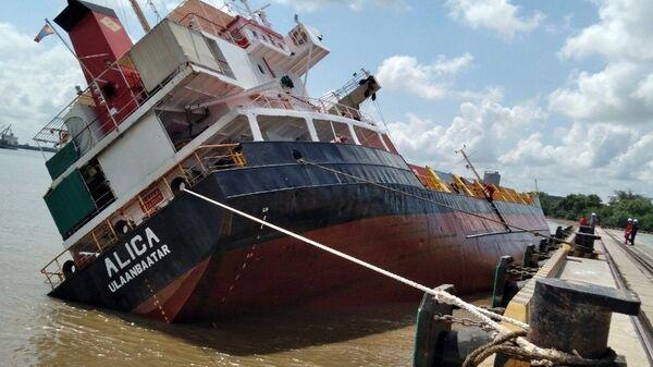 Tàu chở container ALICA bị nghiêng khiến nhiều container bị rơi xuống sông. - Sputnik Việt Nam