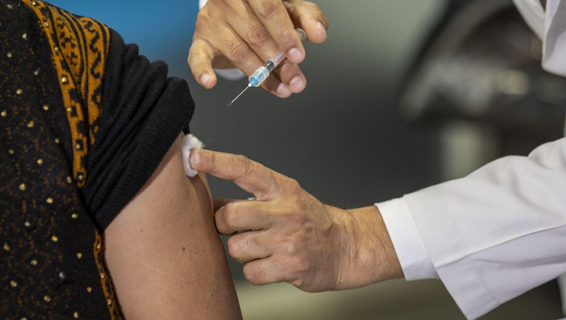 Nhân viên y tế tiêm vắc xin COVID-19, Ấn Độ. - Sputnik Việt Nam, 1920, 15.08.2021