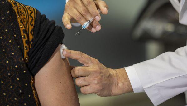 Nhân viên y tế tiêm vắc xin COVID-19, Ấn Độ. - Sputnik Việt Nam