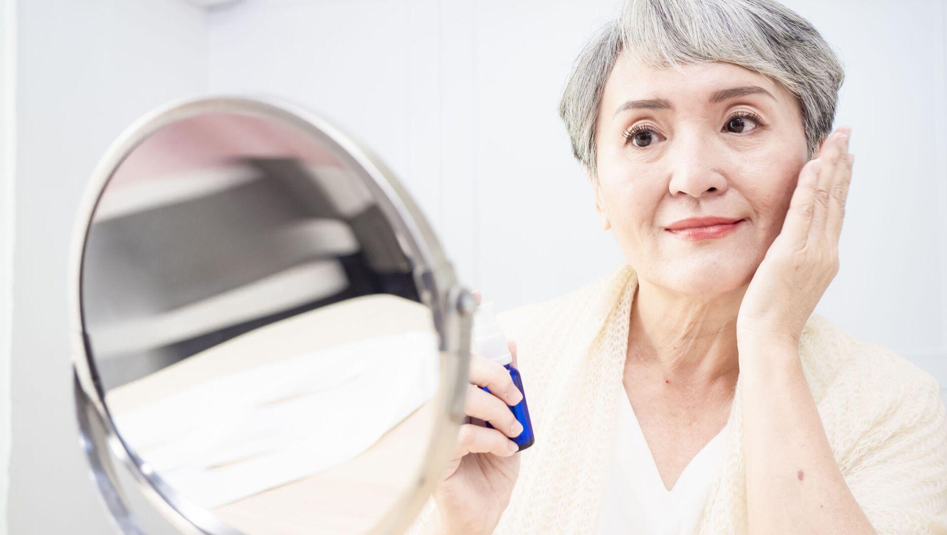 Người phụ nữ cao tuổi nhìn trong gương - Sputnik Việt Nam, 1920, 02.05.2021