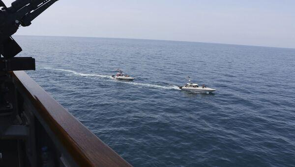 Ca nô Iran tiến gần tàu của Mỹ ở Vịnh Ba Tư - Sputnik Việt Nam