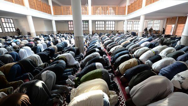 Tín đồ Hồi giáo cầu nguyện trong nhà thờ đạo Hồi ở thành phố Frejus thuộc Pháp - Sputnik Việt Nam