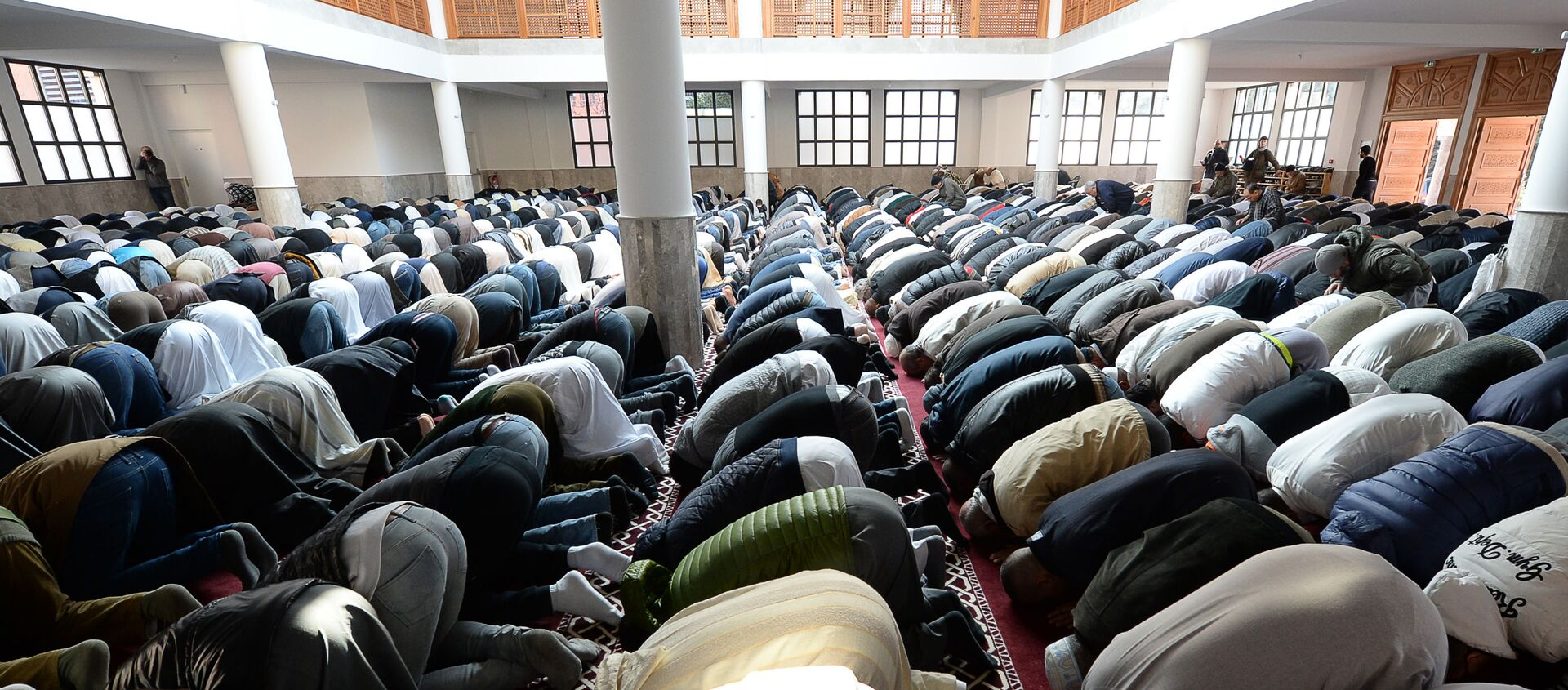 Tín đồ Hồi giáo cầu nguyện trong nhà thờ đạo Hồi ở thành phố Frejus thuộc Pháp - Sputnik Việt Nam, 1920, 27.04.2021