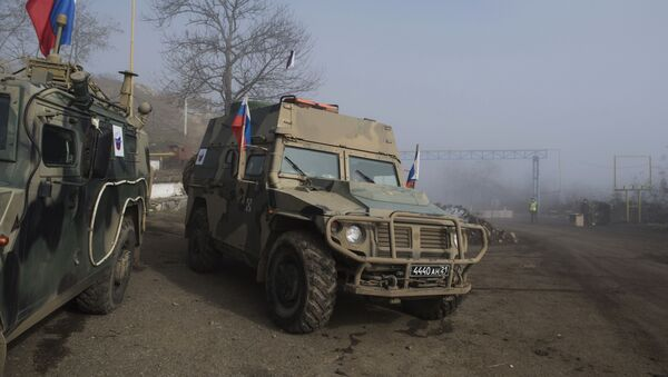 Xe của lực lượng Nga gìn giữ hoà bình ở Nagorno-Karabakh - Sputnik Việt Nam