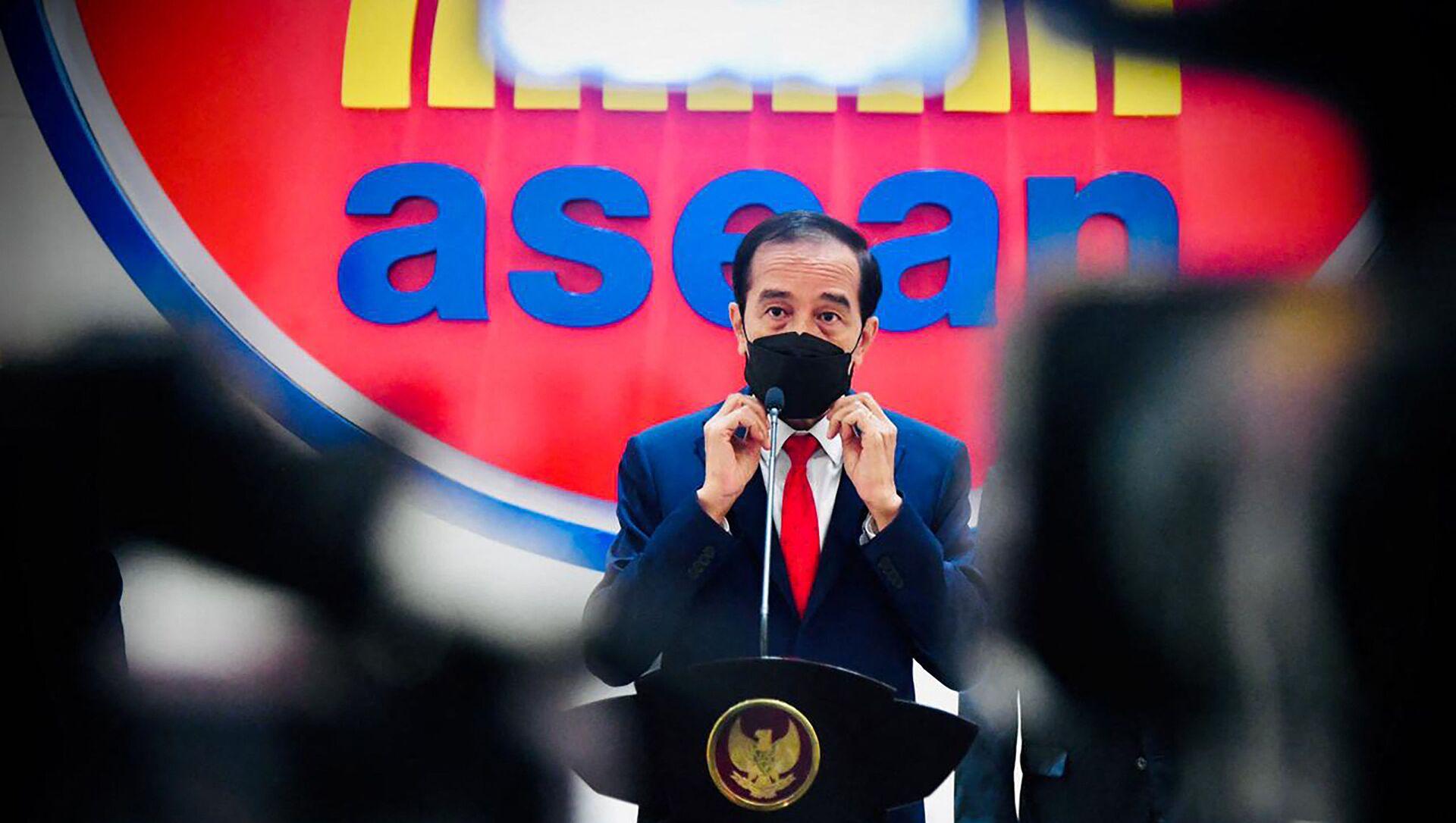 Tổng thống Indonesia Joko Widodo phát biểu trong Hội nghị thượng đỉnh của ASEAN tại Jakarta  - Sputnik Việt Nam, 1920, 27.04.2021