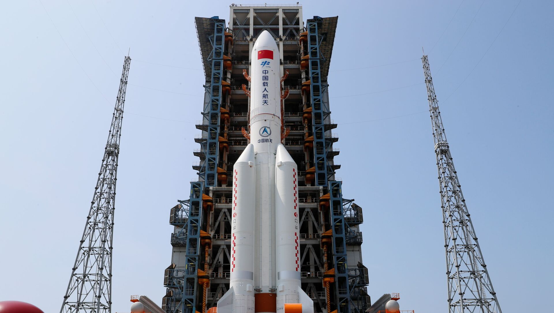 Tên lửa đẩy Trường Chinh-5B Y2 mang theo mô-đun lõi Thiên Hòa của trạm vũ trụ Trung Quốc trên sân phóng tại sân bay vũ trụ Văn Xương trên đảo Hải Nam, Trung Quốc - Sputnik Việt Nam, 1920, 29.04.2021