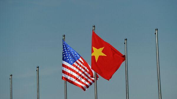Quốc kỳ của Hoa Kỳ và Việt Nam. - Sputnik Việt Nam