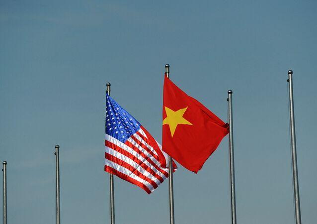 Quốc kỳ của Hoa Kỳ và Việt Nam.