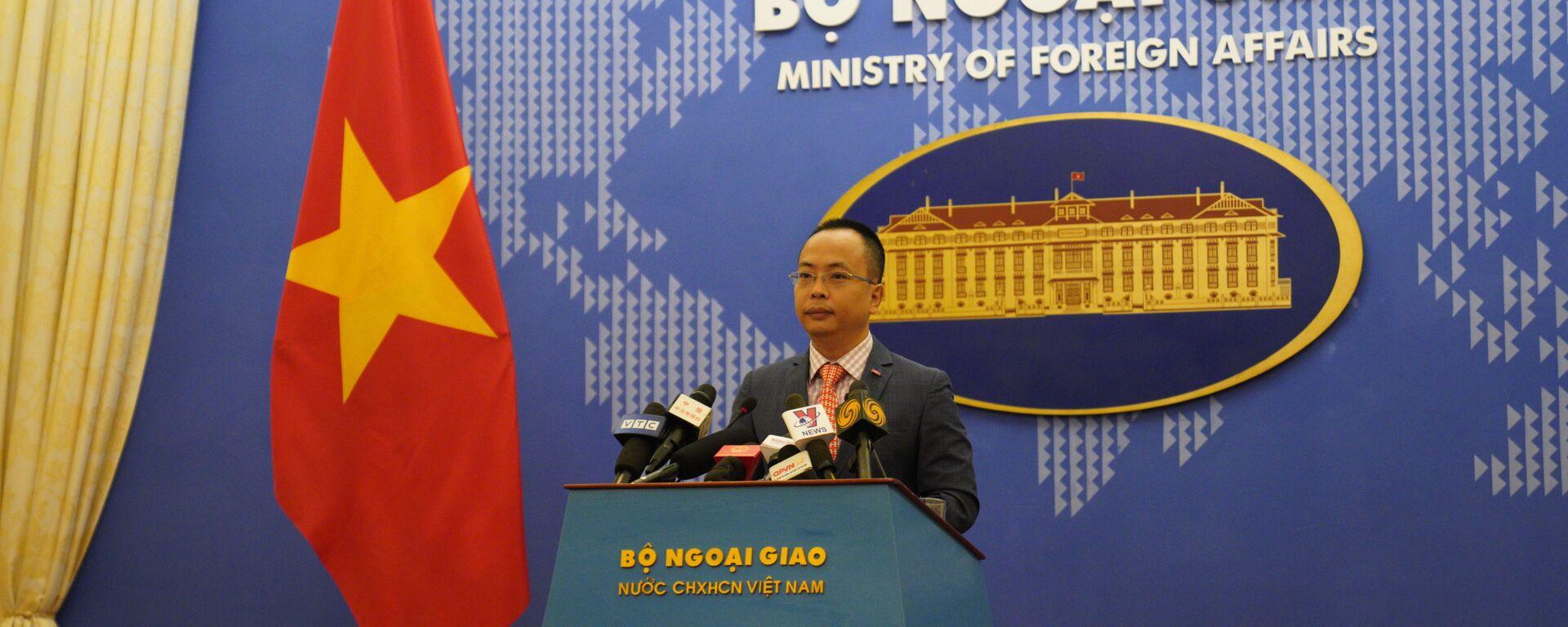 Phó phát ngôn viên Bộ Ngoại giao Việt Nam, ông Đoàn Khắc Việt tại họp báo thường kỳ ngày 29/04.  - Sputnik Việt Nam, 1920, 09.09.2021