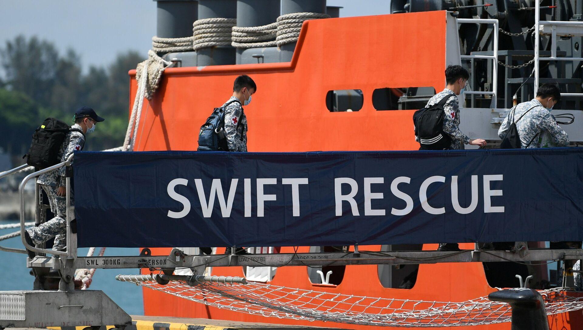 Các sĩ quan lên tàu MV Swift Rescue của Hải quân Singapore trước nỗ lực cứu hộ tàu ngầm mất tích KRI Nanggala-402 của Indonesia, tại Singapore vào ngày 21 tháng 4 năm 2021, trong hình ảnh này được truyền từ mạng xã hội. - Sputnik Việt Nam, 1920, 29.04.2021