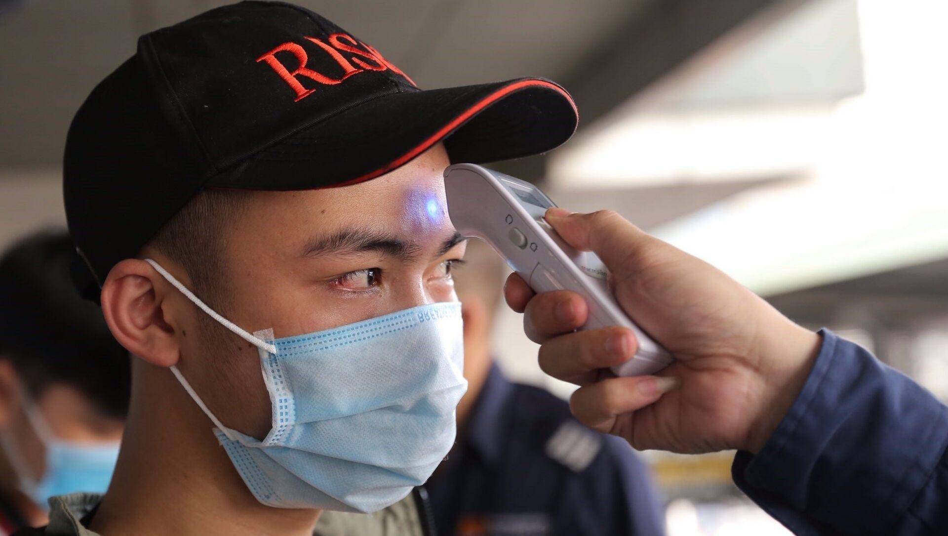Tất cả các hành khách đều được đo thân nhiệt trước khi xuống xe tại Bến xe Nước ngầm.  - Sputnik Việt Nam, 1920, 30.04.2021