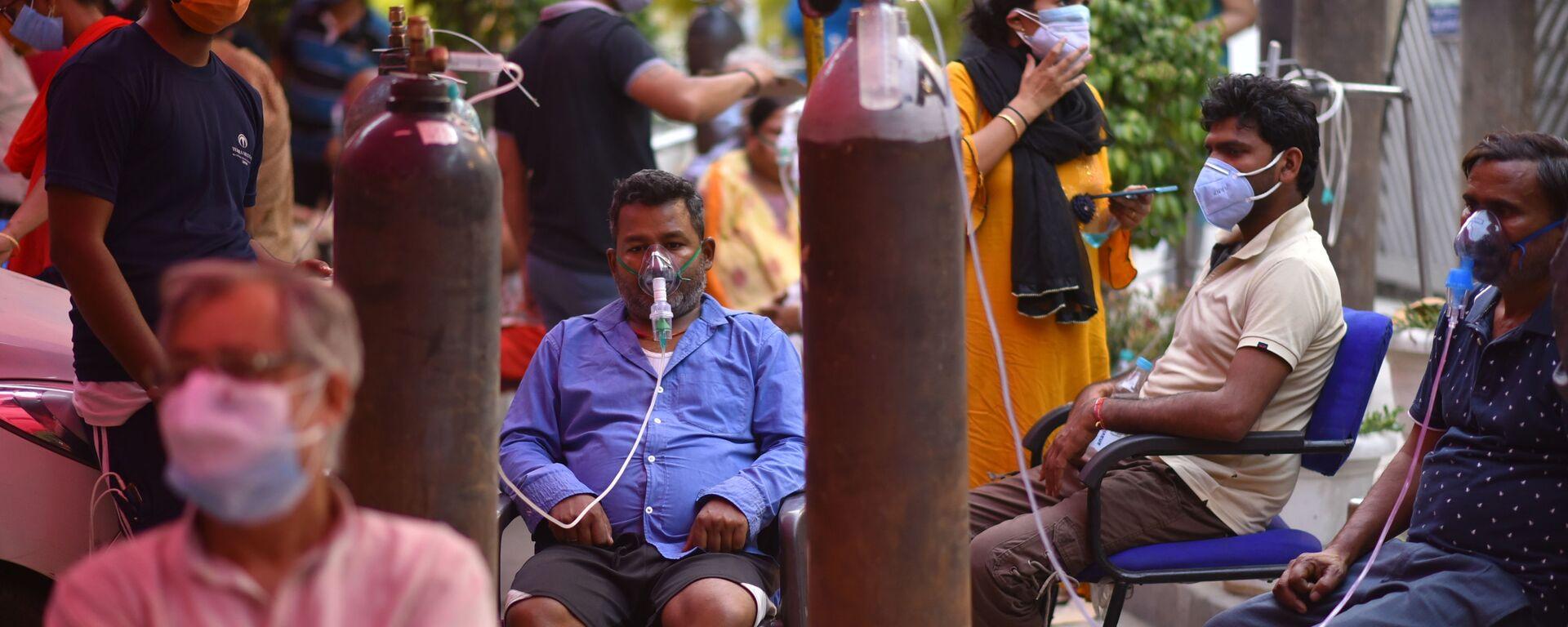 Những người gặp vấn đề về hô hấp được hỗ trợ oxy miễn phí tại Gurudwar ở Delhi - Sputnik Việt Nam, 1920, 03.05.2021