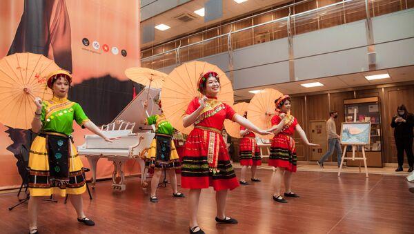 Sinh viên Việt Nam du học Nga biểu diễn điệu múa  - Sputnik Việt Nam