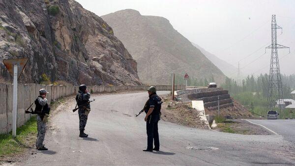Quân nhân và cảnh sát Kyrgyzstan tại làng Kok-Tash trên biên giới giữa Kyrgyzstan và Tajikistan. - Sputnik Việt Nam