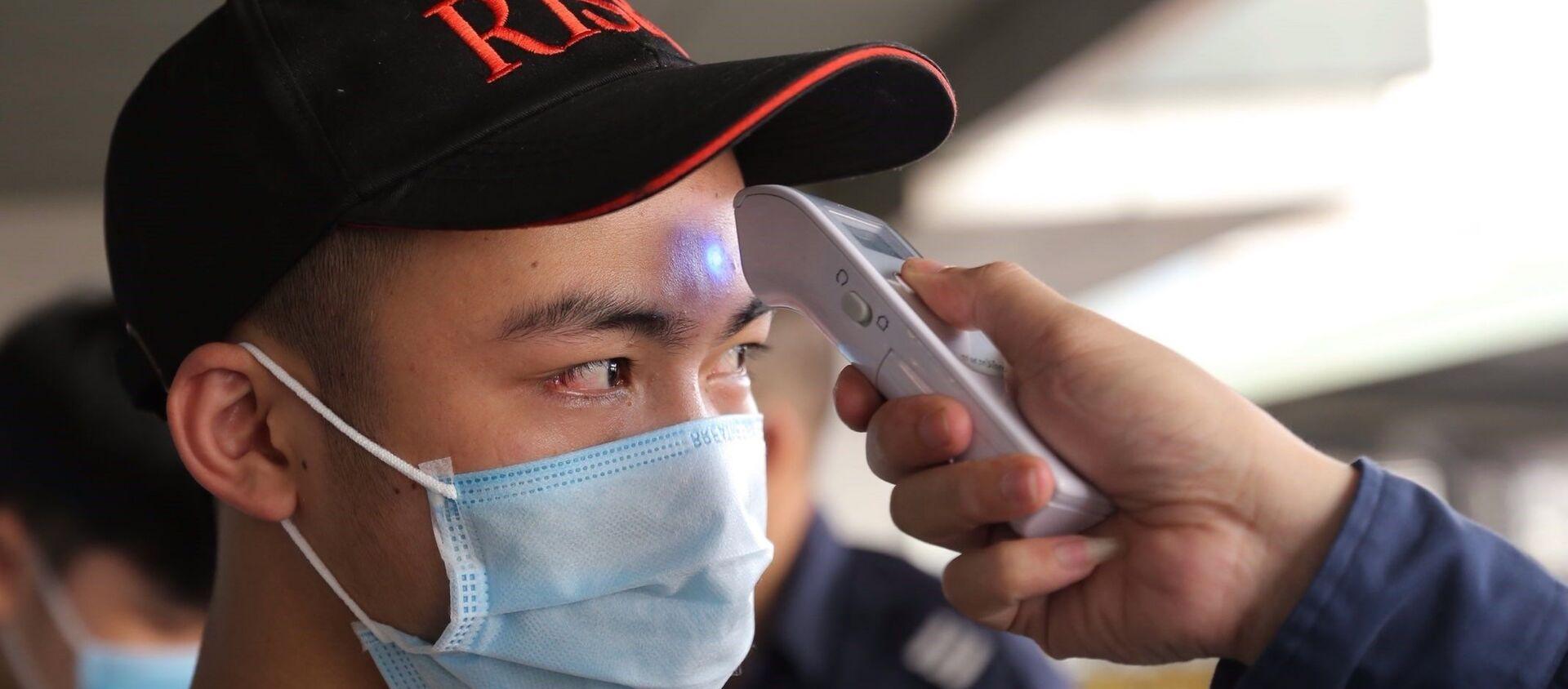 Tất cả các hành khách đều được đo thân nhiệt trước khi xuống xe tại Bến xe Nước ngầm. - Sputnik Việt Nam, 1920, 01.05.2021