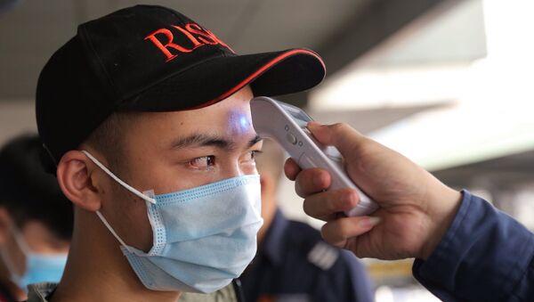 Tất cả các hành khách đều được đo thân nhiệt trước khi xuống xe tại Bến xe Nước ngầm. - Sputnik Việt Nam