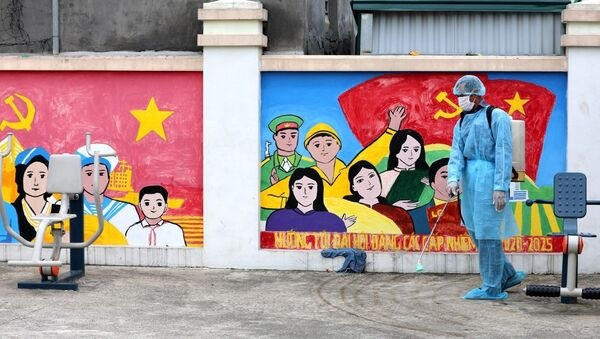 Nhân viên y tế huyện Đông Anh phun khử khuẩn tại Nhà văn hóa thôn Lỗ Giao (xã Việt Hùng, huyện Đông Anh). - Sputnik Việt Nam