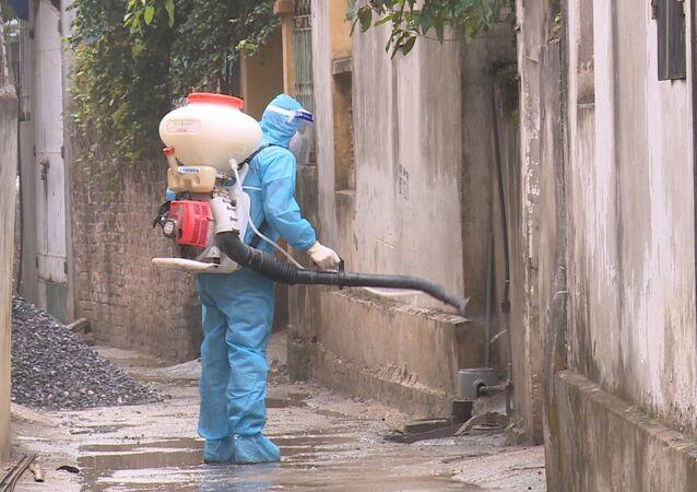Lực lượng y tế phun khử khuẩn xung quanh nhà bệnh nhân 2063 ở xã Yên Phú