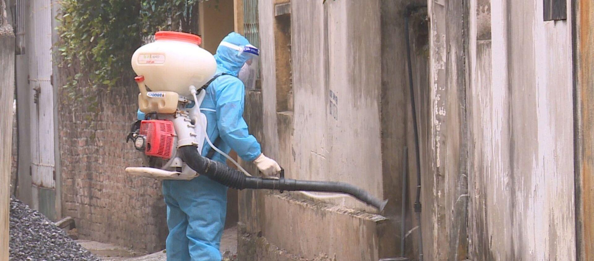 Lực lượng y tế phun khử khuẩn xung quanh nhà bệnh nhân 2063 ở xã Yên Phú - Sputnik Việt Nam, 1920, 02.05.2021