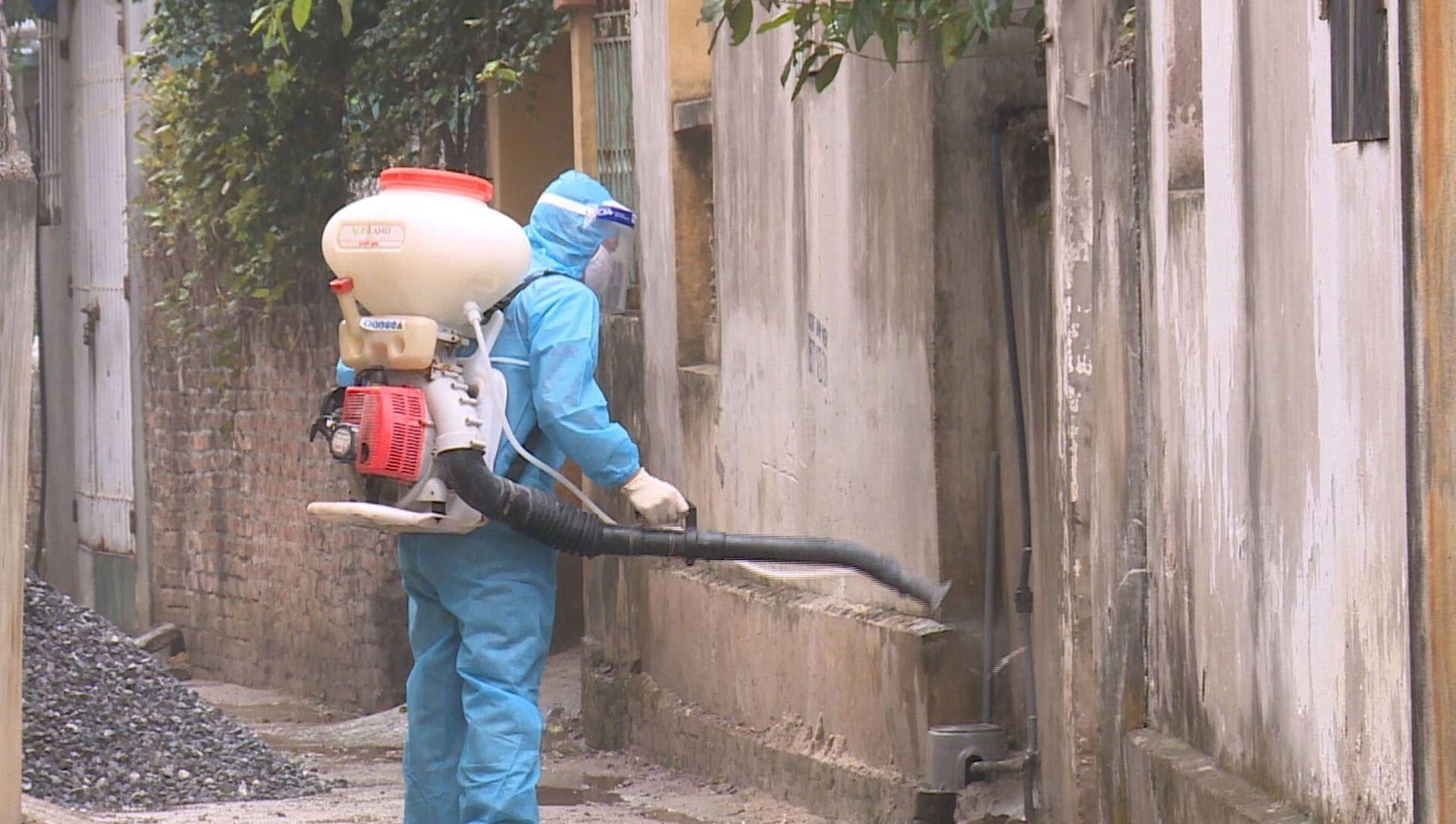 Lực lượng y tế phun khử khuẩn xung quanh nhà bệnh nhân 2063 ở xã Yên Phú - Sputnik Việt Nam, 1920, 09.05.2021
