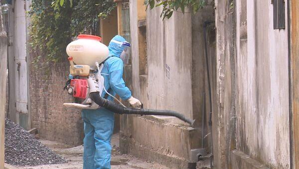 Lực lượng y tế phun khử khuẩn xung quanh nhà bệnh nhân 2063 ở xã Yên Phú - Sputnik Việt Nam