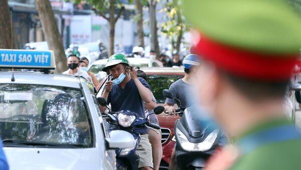 Nhiều người dân thấy bóng dáng của lực lượng chức năng mới đeo khẩu trang để đối phó - Sputnik Việt Nam