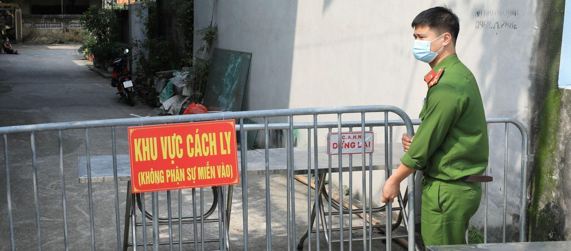 Lực lượng chức năng phong tỏa ngõ 83 đường Dục Nội (Đông Anh, Hà Nội) nơi ở của ca bệnh 2911 - Sputnik Việt Nam, 1920, 05.05.2021
