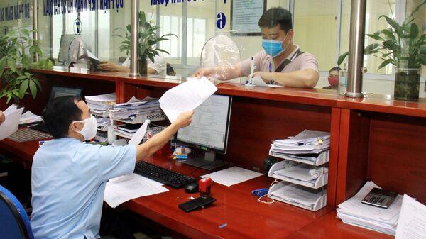 Cán bộ Hải quan làm thủ tục xuất, nhập khẩu hàng hóa cho các doang nhiệp - Sputnik Việt Nam