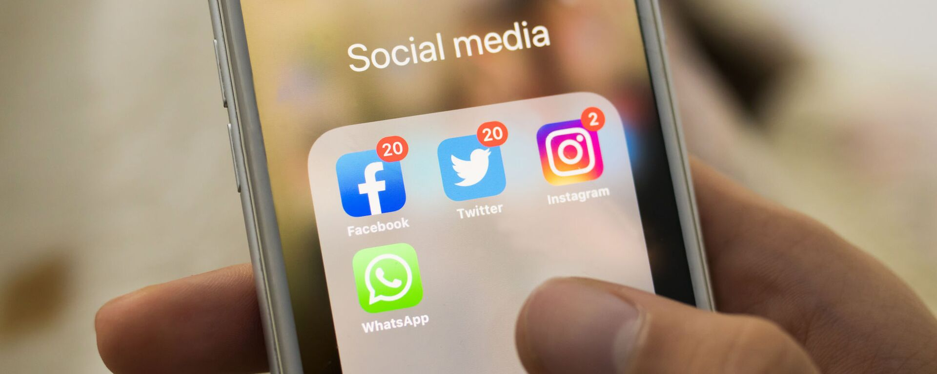 Biểu tượng Facebook, Twitter, Instagram, WhatsApp trên màn hình điện thoại thông minh - Sputnik Việt Nam, 1920, 04.05.2021