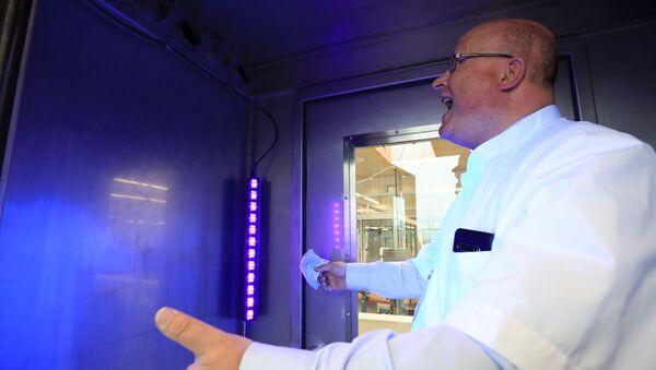 Kỹ sư và nhà phát minh Hà Lan Peter van Vaz với sáng chế của mình - Máy phân tích hơi thở nhanh QuBA, quét hơi thở và phát hiện coronavirus. - Sputnik Việt Nam