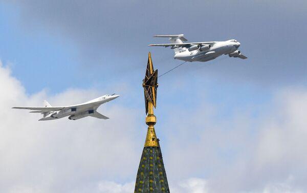 Máy bay tiếp nhiên liệu Il-78 và máy bay ném bom chở tên lửa chiến lược Tu-160 trên bầu trời trong buổi diễn tập trên không của Lễ duyệt binh - Sputnik Việt Nam
