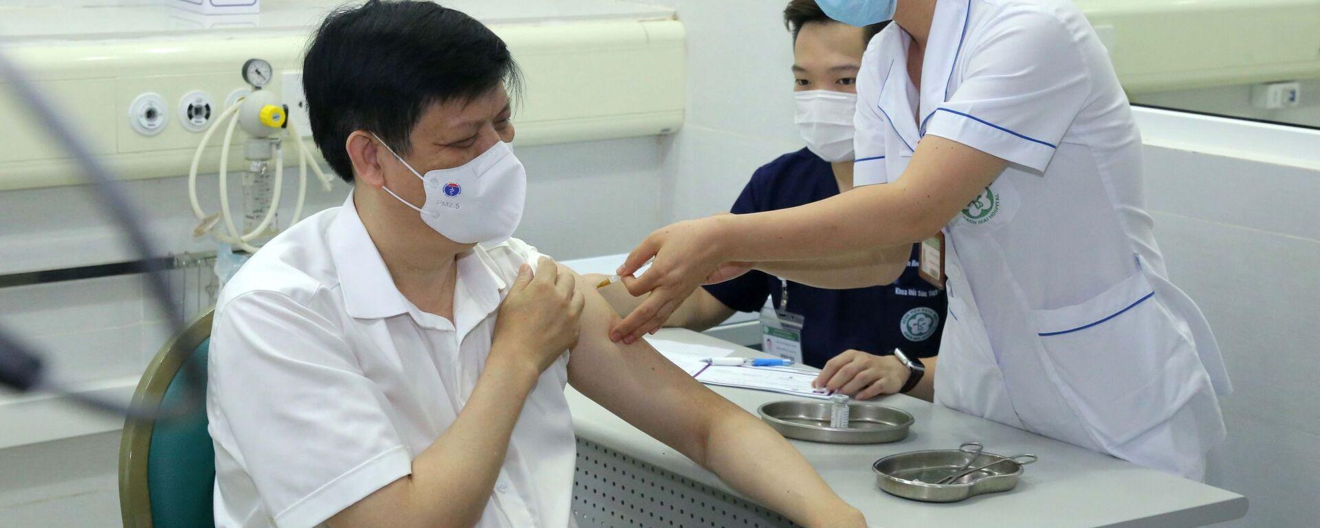 Bộ trưởng Bộ Y tế Nguyễn Thanh Long tiêm vaccine phòng COVID-19 - Sputnik Việt Nam, 1920, 06.05.2021