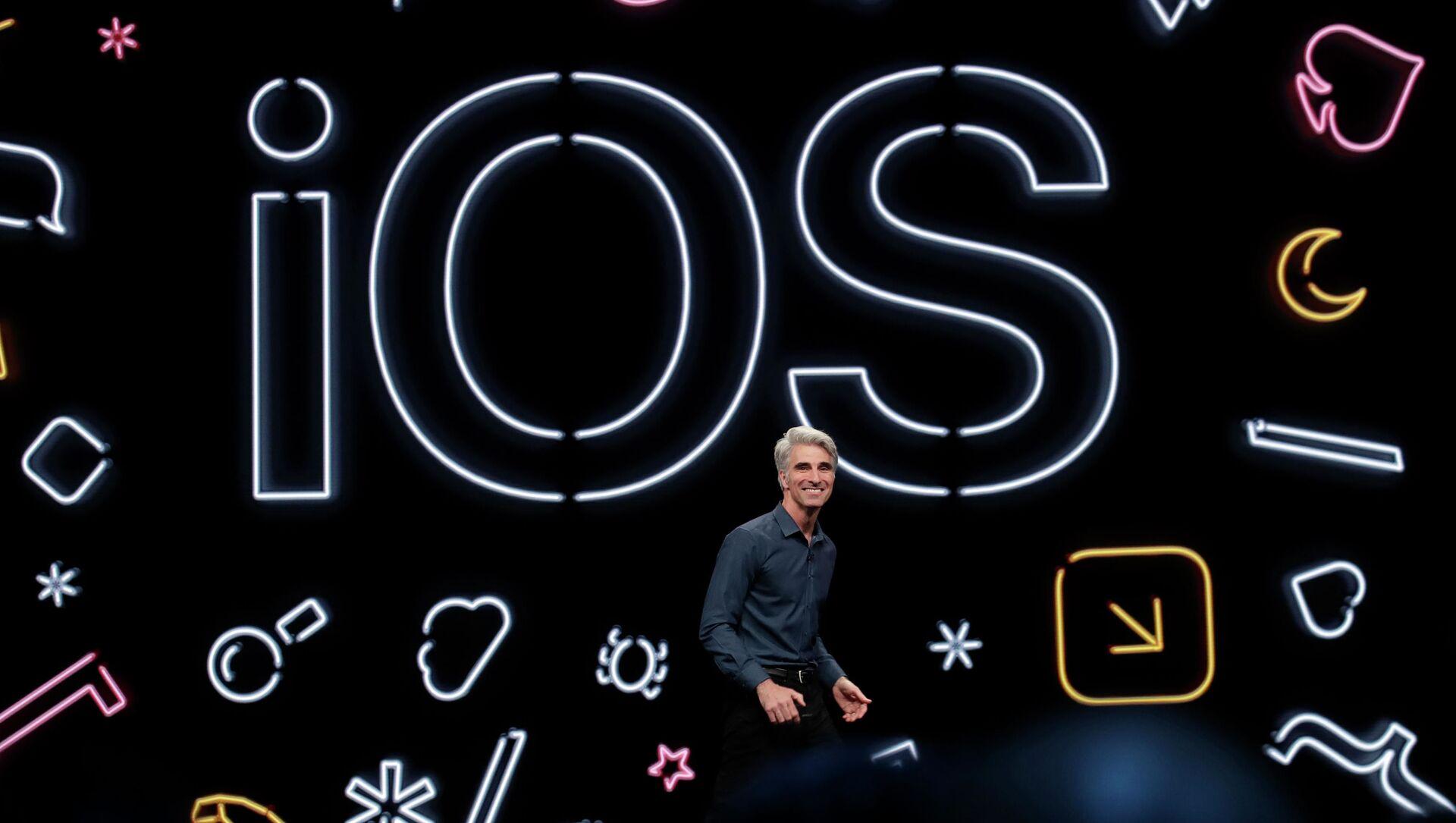 Craig Federighi, Phó chủ tịch cấp cao về phát triển phần mềm của Apple, phát biểu tại Hội nghị các nhà phát triển toàn cầu của Apple ở San Jose, California, 2019 - Sputnik Việt Nam, 1920, 23.07.2021