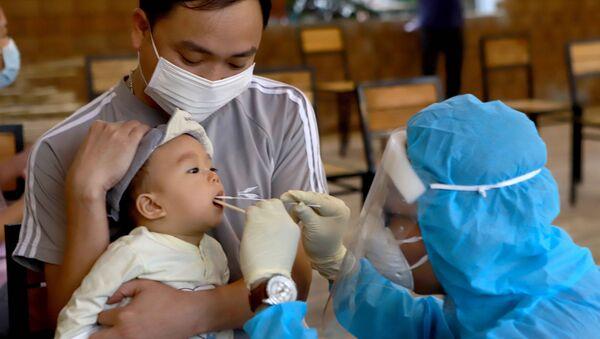 Nhân viên y tế thực hiện lấy mẫu xét nghiệm virus SARS-CoV-2 cho người dân ở Khu đô thị Đồng Sơn, thành phố Phúc Yên. - Sputnik Việt Nam