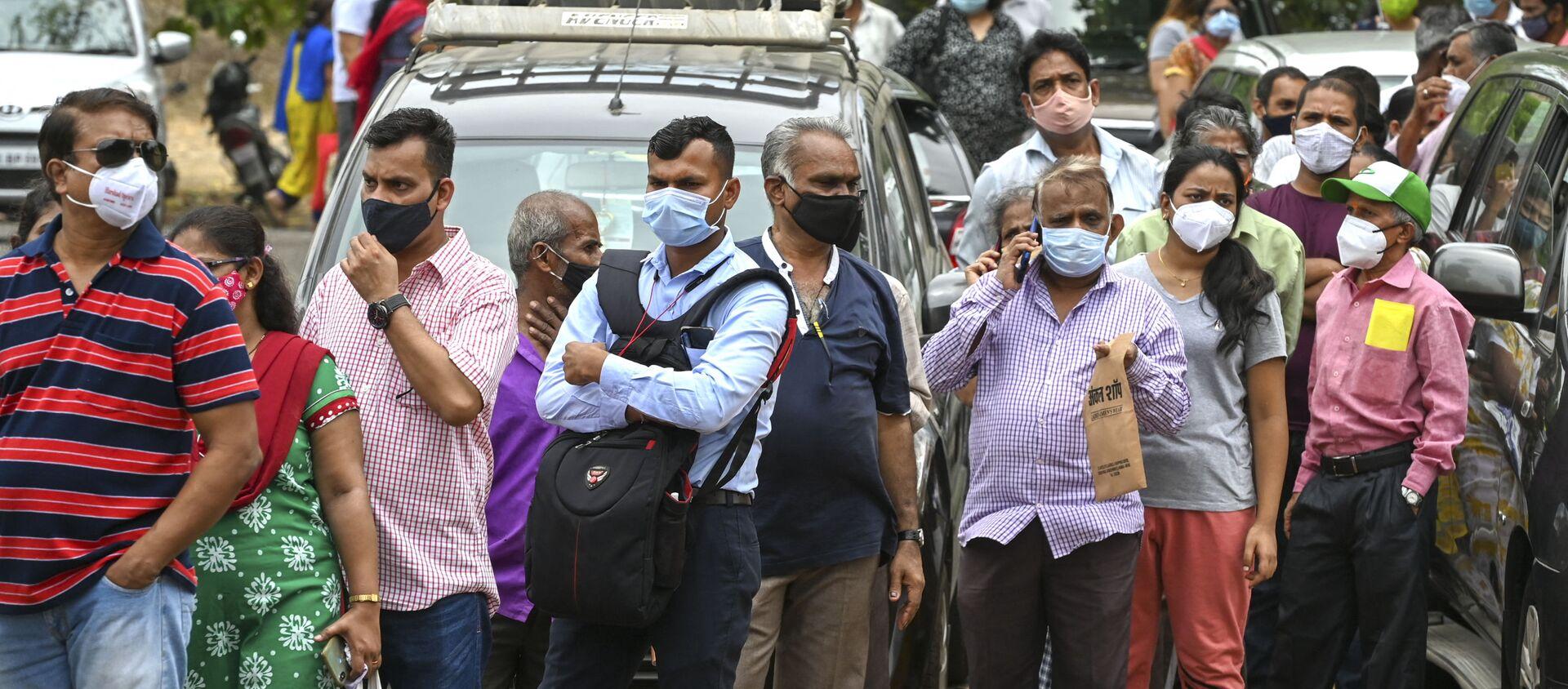 Mọi người xếp hàng tiêm vắc-xin Covid tại trung tâm tiêm chủng ở Mumbai, Ấn Độ. - Sputnik Việt Nam, 1920, 30.09.2021
