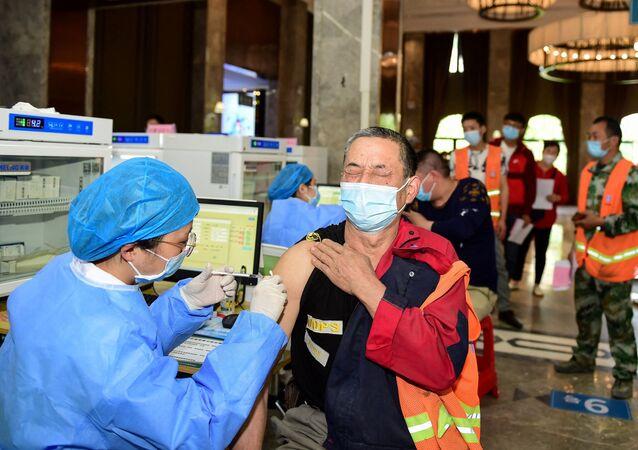 Công nhân Trung Quốc tiêm phòng vắc xin chống coronavirus.